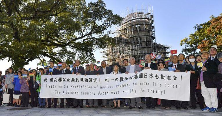 Sobreviventes da bomba de hidrogênio segurando cartaz