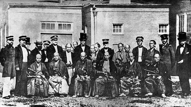 Militares, oficiais e homens de negócios ocidentais com samurais