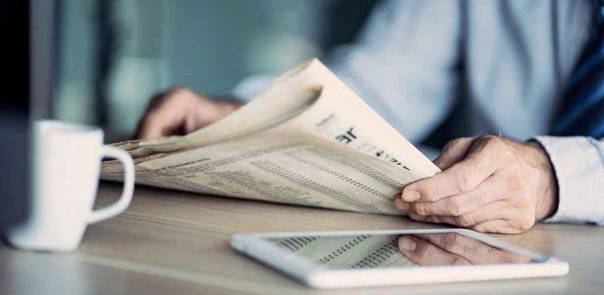 Pessoa lendo notícias no Japão