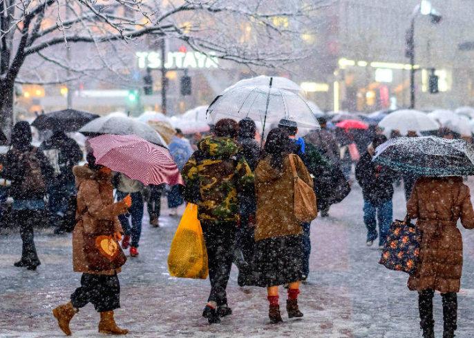 Pessoas andando no Japão