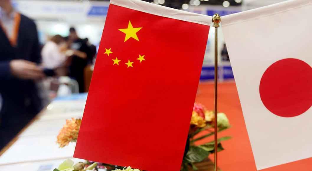 Bandeiras da China e do Japão lado a lado