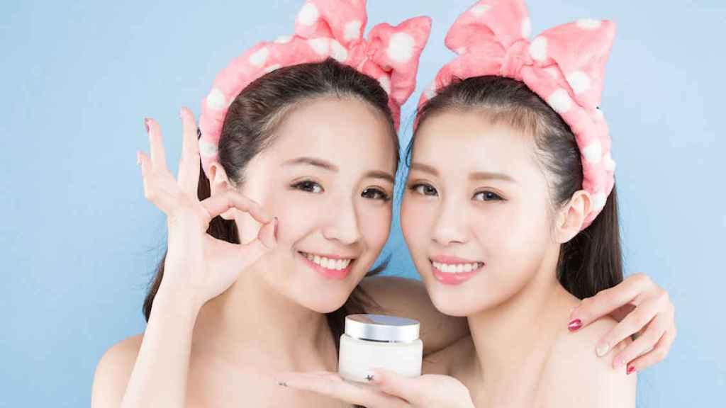 Duas mulheres segurando um pote de cosmético no Japão