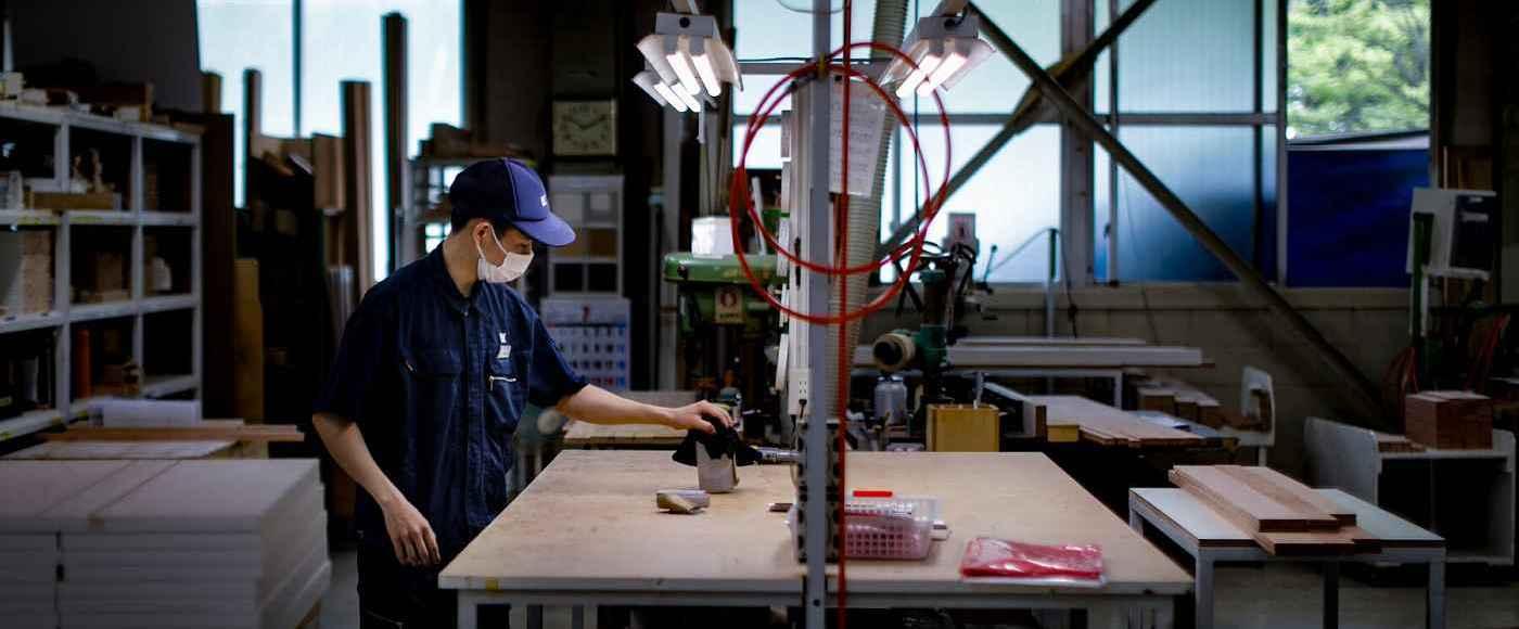 Homem trabalha de máscara em meio a pandemia de coronavírus no Japão