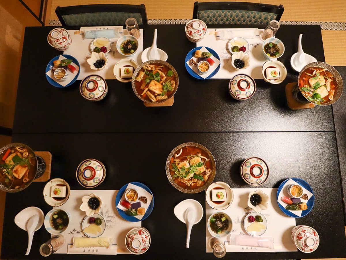 Mesa com refeições no Japão