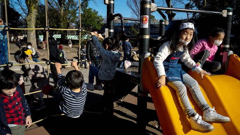 Crianças brincam em parque no Japão