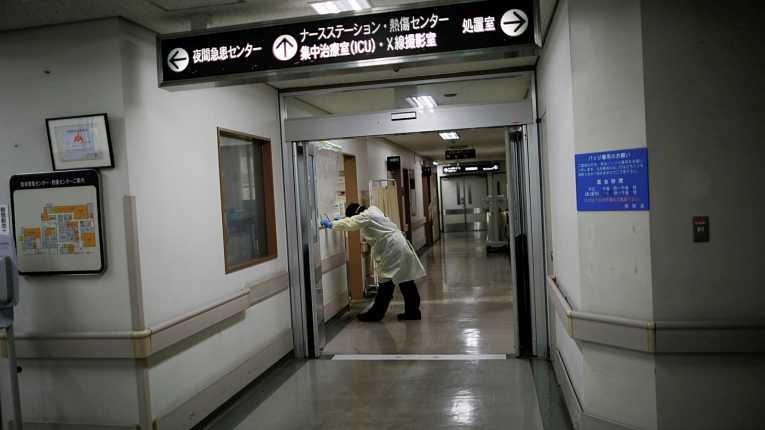Médico japonês cansado em meio a pandemia