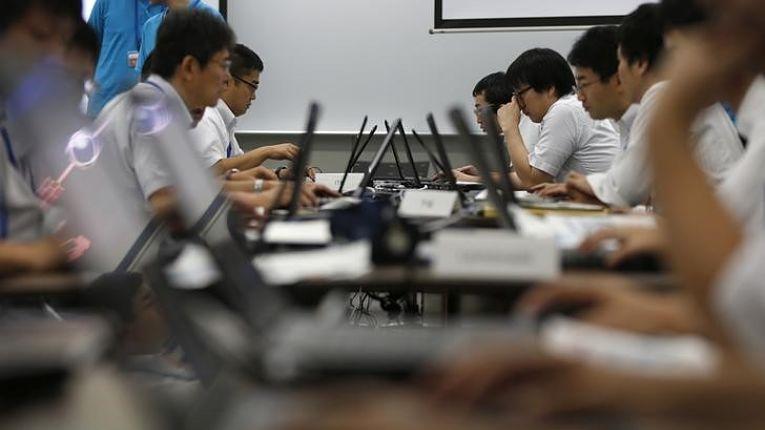Especialistas de TI em exercício de defesa cibernética no Japão