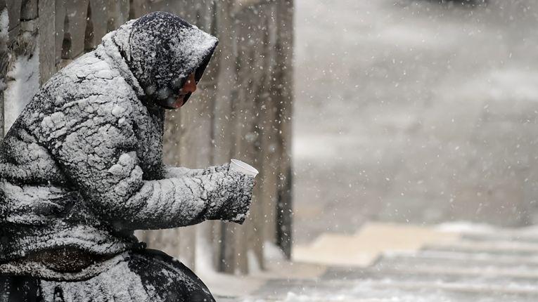 Pessoa em situação de rua no inverno