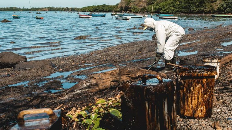 Desastre ambiental nas Ilhas Maurício causa por petroleiro japonês
