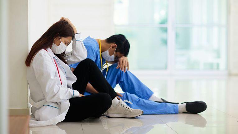 Pressão psicológica aumenta drasticamente nos últimos meses entre enfermeiras e enfermeiros no Japão