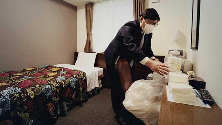 Mais de 30 mil japoneses contaminados com o novo coronavírus SARS-CoV-2 aguardam em uma lista de esperar por uma vaga de nos hospitais do país
