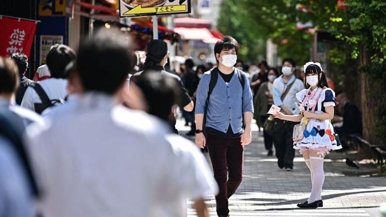 Japoneses transitam em meio a pandemia do novo coronavírus SARS-CoV-2