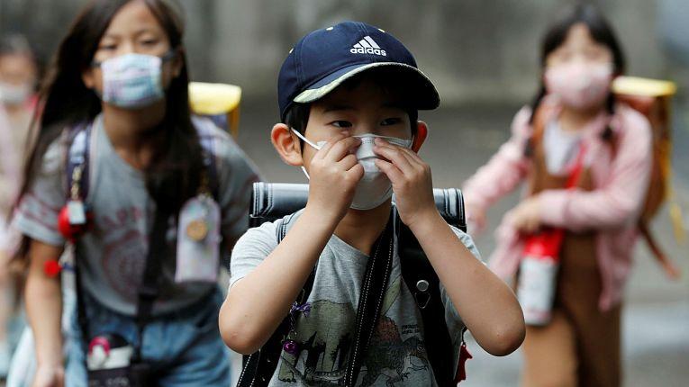 Crianças com máscaras de proteção em meio a pandemia do novo coronavírus SARS-CoV-2 no Japão