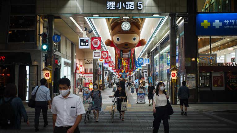 Comércios no Japão operando em meio a pandemia de coronavírus no Japão