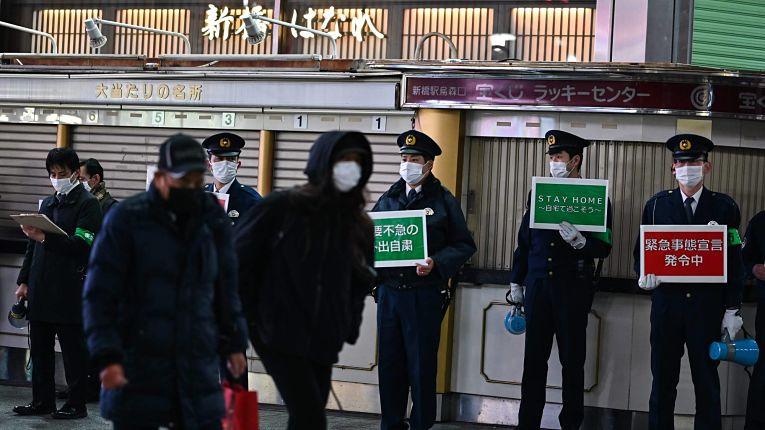 Autoridades do governo metropolitano de Tokyo durante o estado de emergência decretado em 7 de janeiro, estendido em 7 de fevereiro e previsto para terminar em 7 de março de 2021. Foto por Charly Triballeau