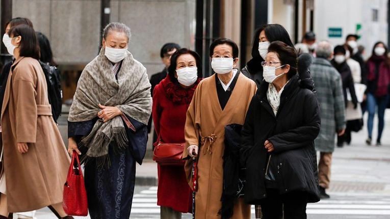 Idosas caminham em meio a pandemia do novo coronavírus