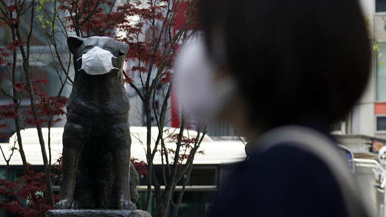 Monumentos japoneses também utilizam máscaras de proteção para lembrar e estimular a população