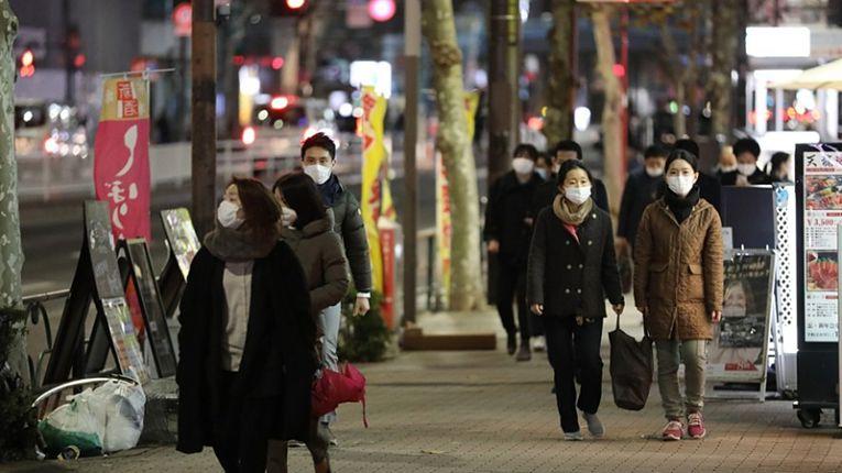 Japoneses caminham nas ruas do país em meio pandemia