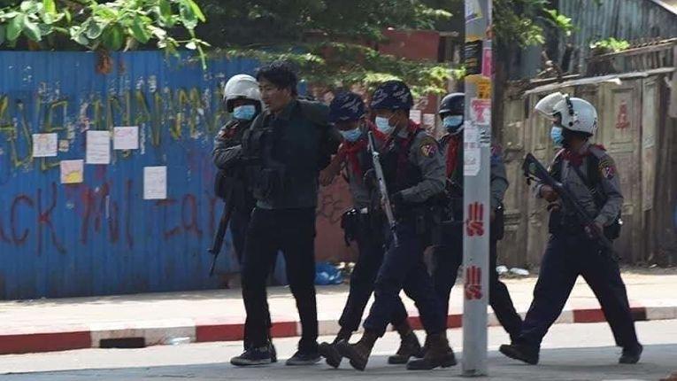 Imagens da detenção de Yuki Kitazumi na sexta-feira na cidade de Yangon