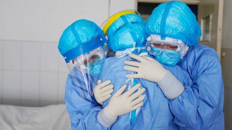 Aumento de infecções e mortes desde novembro de 2020 estão saturando os profissionais de saúde do Japão