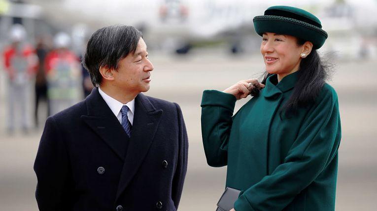 Questionado sobre a Imperatriz Masako, Naruhito disse que está apoiando a recuperação psicológica da esposa