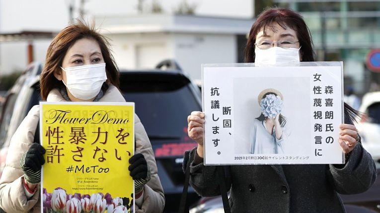 Ativistas do movimento Flower Demo associado ao #KuToo se manifestam contra falas sexistas de Yoshiro Mori