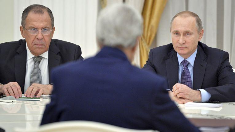 Ministro das Relações Exteriores da Rússia Sergei Lavrov ao lado do presidente russo Vladimir Putin