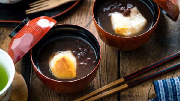 Sopa de feijão doce com mochi grelhado