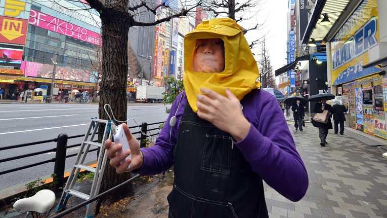 Algumas pessoas optam por proteções maiores para não sofrer com a temporada de pólen no Japão