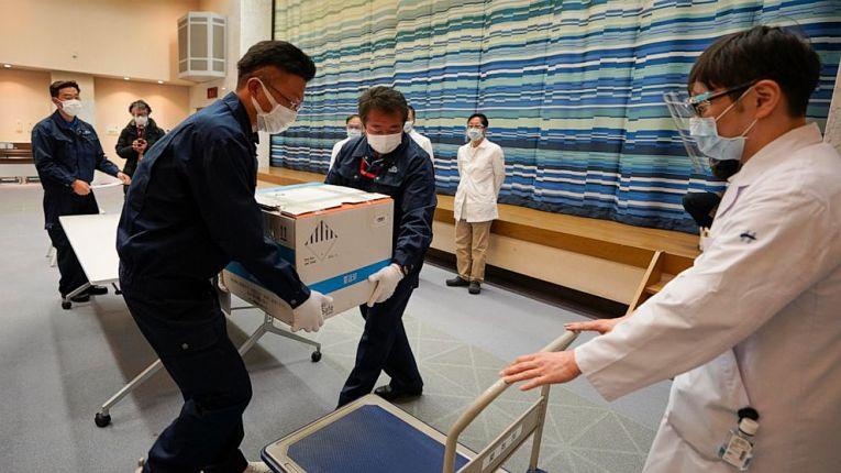 Imunizantes da primeira leva de vacinas que chegou ao Japão no dia 12 de fevereiro, sexta-feira