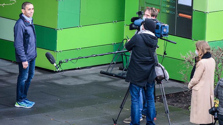 Ugur Sahin em entrevista a jornalistas em unidade da BioNTech SE