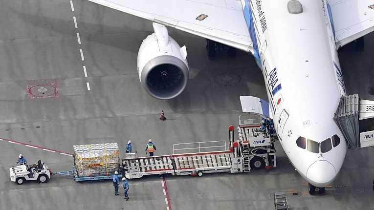 Primeiro lote de imunizantes Pfizer-BioNTech chegam ao Aeroporto Internacional de Narita, Tokyo