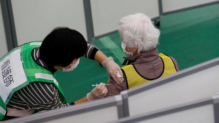 Idosa participa de exercício de vacinação na prefeitura de Kanagawa em janeiro de 2020. Foto por Kim Kyung-Hoon