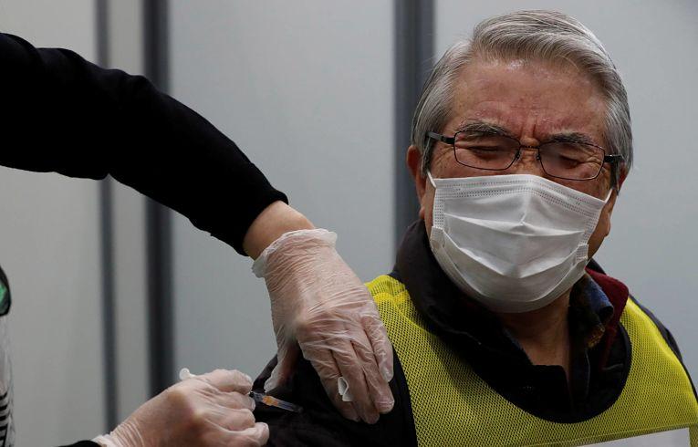 Ministro Taro Kono avisou nesse domingo que a vacinação dos japoneses a partir de 65 anos deverá atrasar ao menos um mês. Foto por Kim Kyung-Hoon