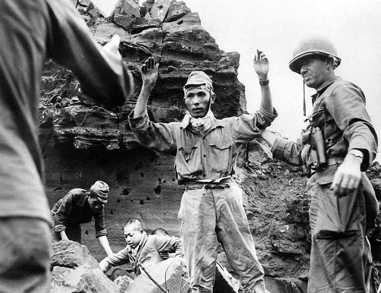 Soldados do Exército Imperial do Japão se rendem após a Batalha de Okinawa em 1945, última grande batalha da segunda guerra mundial