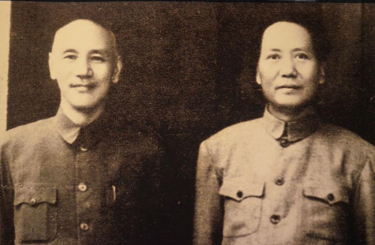 Chinag Kai-Shek (esquerda) e Mao Zedong (direita). Inimigos que se tornaram aliados entre 1937 e 1945 para combater a invasão do exército imperial japonês na China