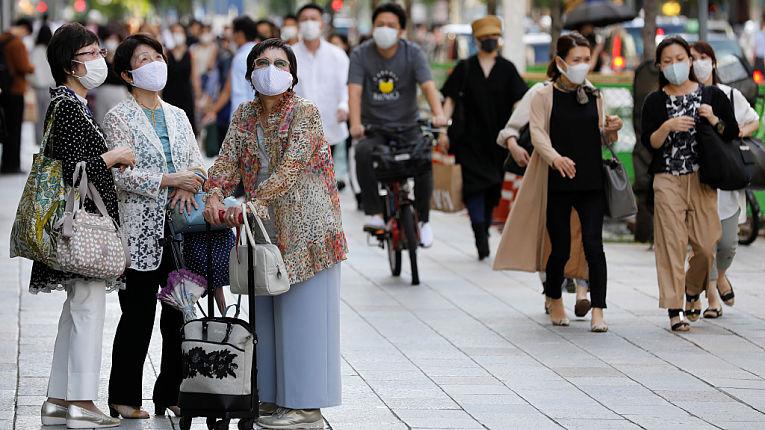 Transito de pessoas em Tokyo. Com o fim do estado de emergência na região, especialistas temem aumento de infecções para além da terceira onda de COVID-19