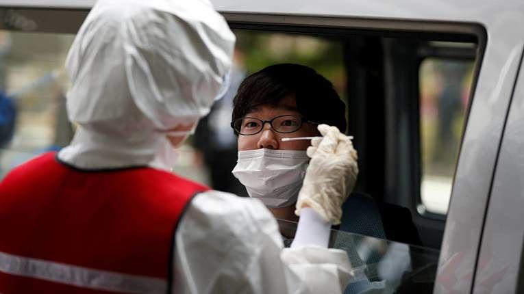 Estratégia exótica de testagem para rastrear avanço do SARS-CoV-2 adotada pelo Japão divide opiniões entre a classe política e especialistas em saúde. Foto por Issei Kato