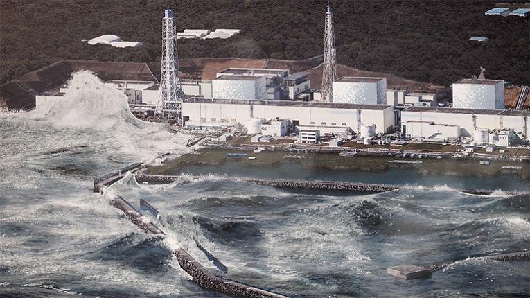 A planta nuclear de Fukushima Daiichi sendo atingida por tsunami seguido de terremoto em 2011