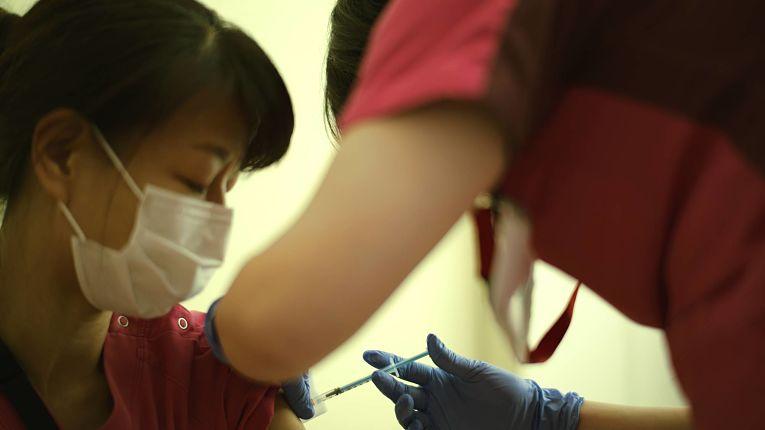 Grupo de 40 mil profissionais de saúde entre médicos e enfermeiros receberam a primeira dose do imunizante Pfizer-BioNTech
