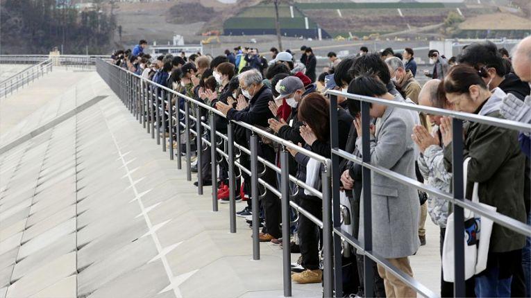 Japoneses prestam homenagens as vítimas do 7° maior terremoto da história mundial