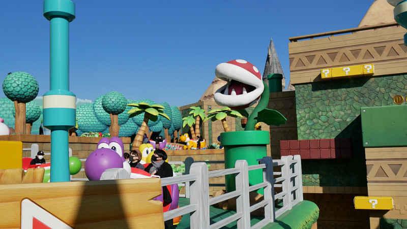 Vista do passeio da atração do Yoshi no parque da nintendo