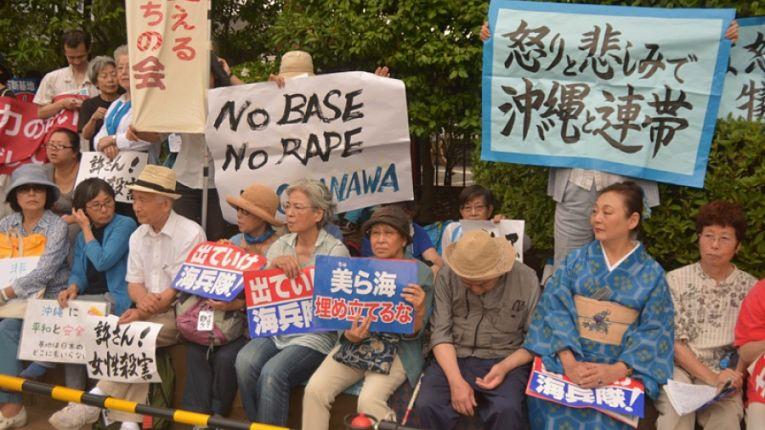Protestos de residentes de Okinawa contra a presença militar estadunidense na prefeitura