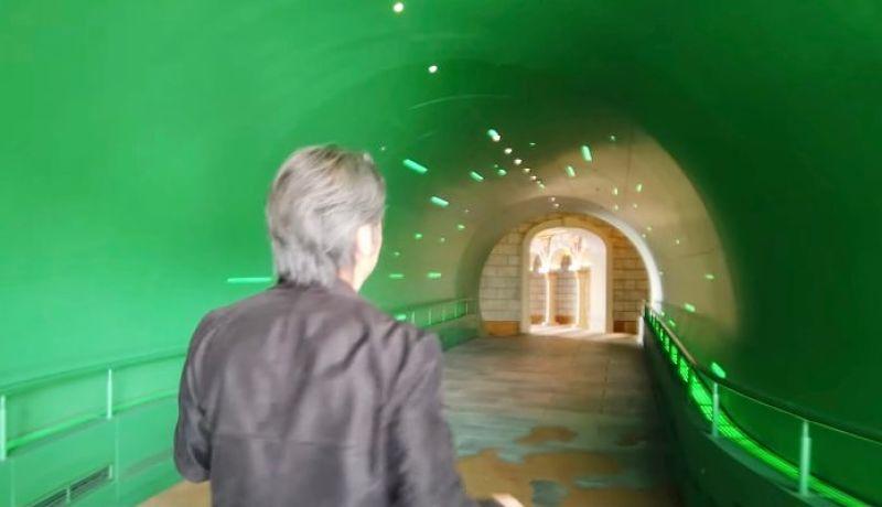 Shigeru Miyamoto entra pelo cano na entrada do parque