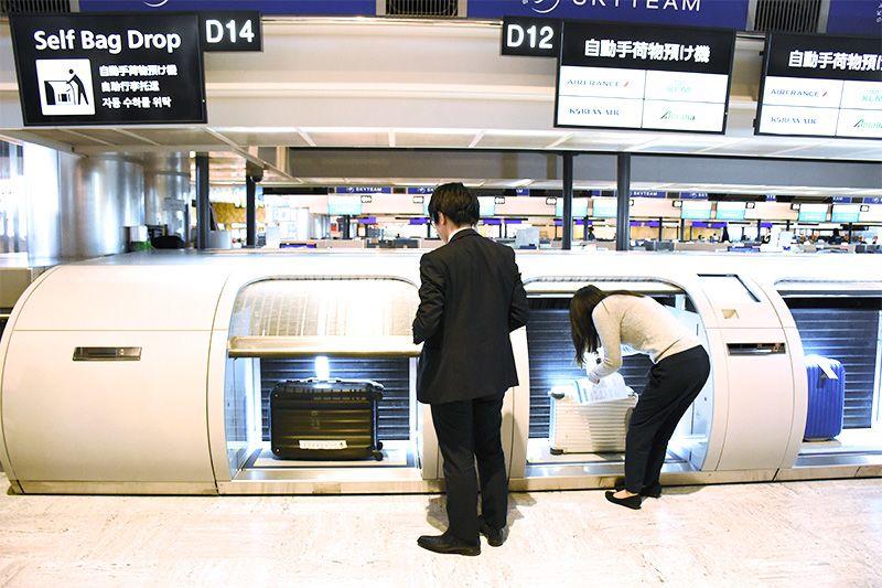 Máquinas automáticas de bagagem no aeroporto de Narita