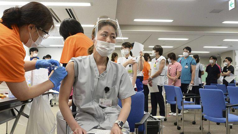 Com 292.508 pessoas que receberam as duas doses dos imunizantes Pfizer-BioNTech, pouco mais de 0,2% da população japonesa está imunizada contra o SARS-CoV-2