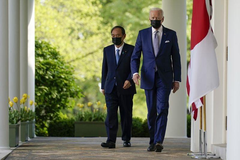 Yoshihide Suga e Joe Biden em encontro em abril de 2021