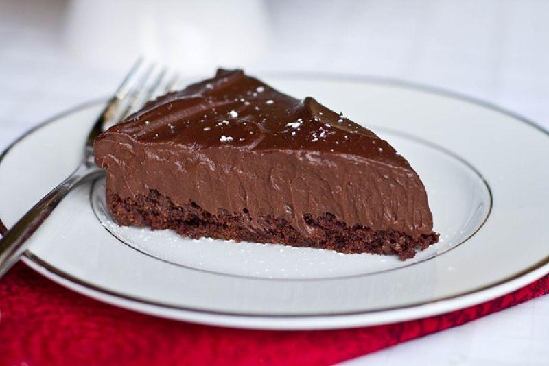 pedaço da torta de tofu com chocolate vegano