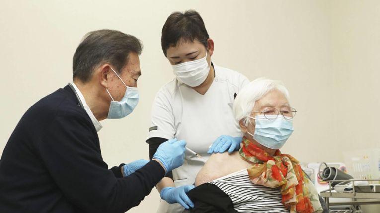 Após dois meses vacinando os profissionais de saúde e trabalhadores que atuam diretamente no combate a pandemia, o Japão começou a imunizar a população a partir de 65 anos