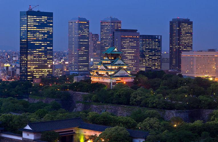 A preservação do Japão tradicional em meio a um país moderno que ostenta a posição de 3ª economia mundial é evidente na bela imagem do castelo de Osaka e a cidade no século XXI